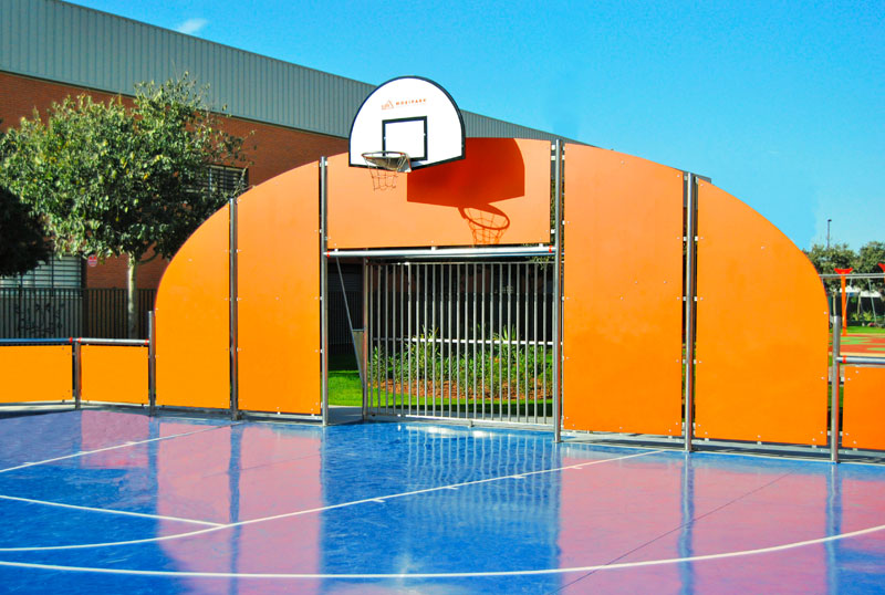 Soccer goals with lateral access opening to the court